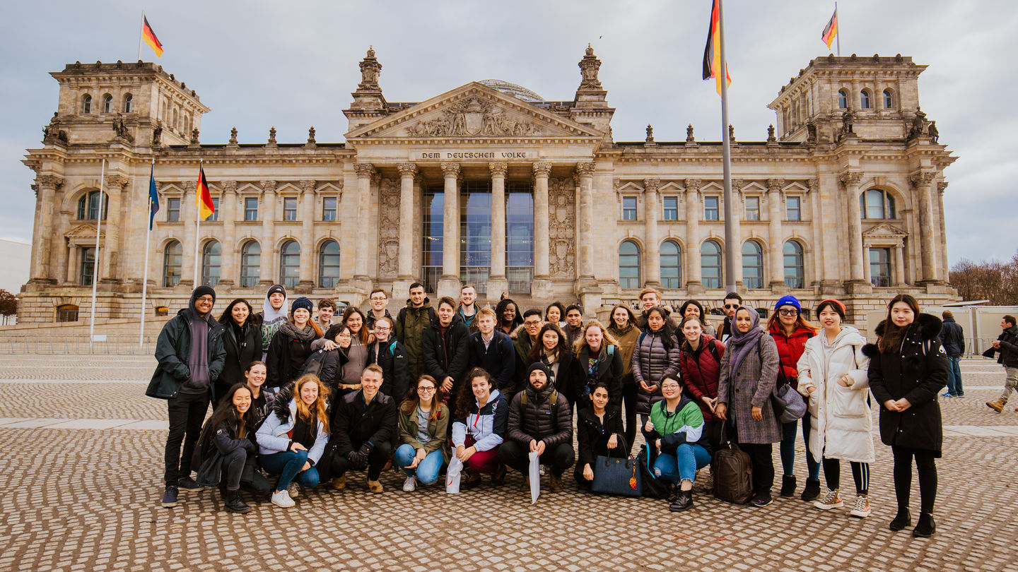 Januar 2020: Internationale Studierende der HWR Winter School vor dem Reichstagsgebäude in Berlin. Foto: Oana Popa-Costea