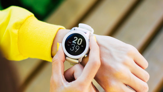 Application deadline: Left arm with yellow sweatshirt sleeve and smartwatch showing an appointment. Foto: © Povozniuk/iStock/Getty Images Plus